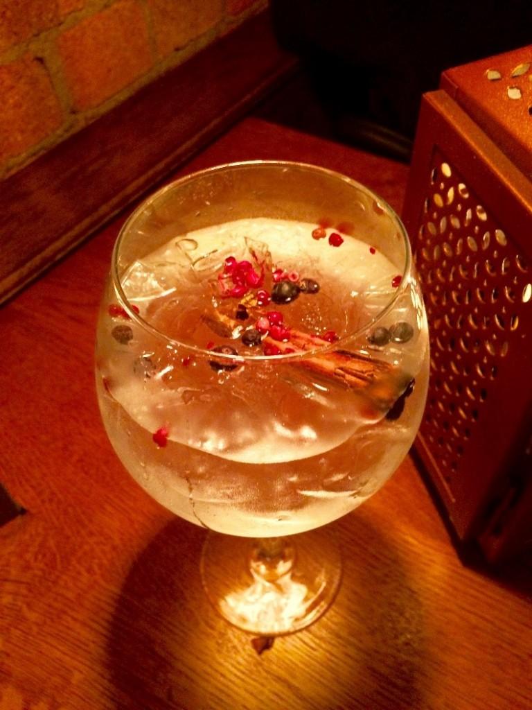 Gin y tónica de canela y pimienta rosa.