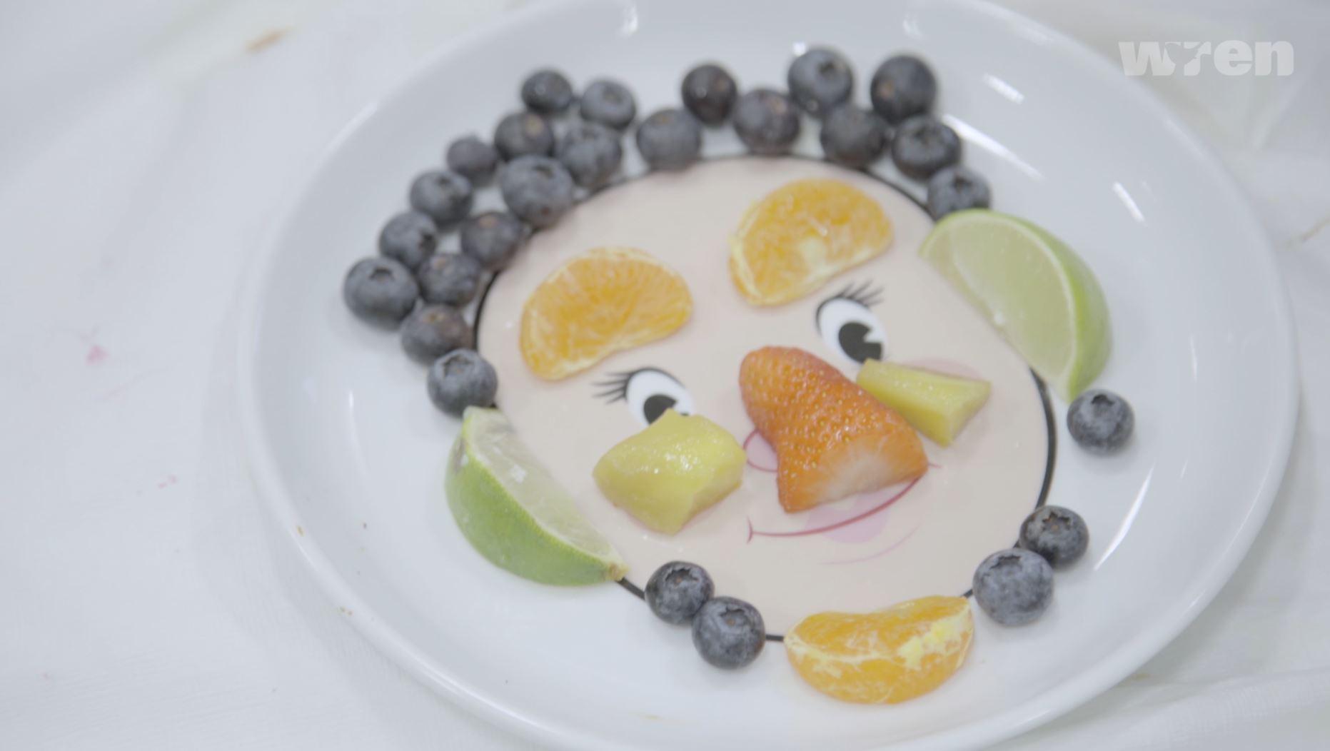 La cara de la fruta en un plato