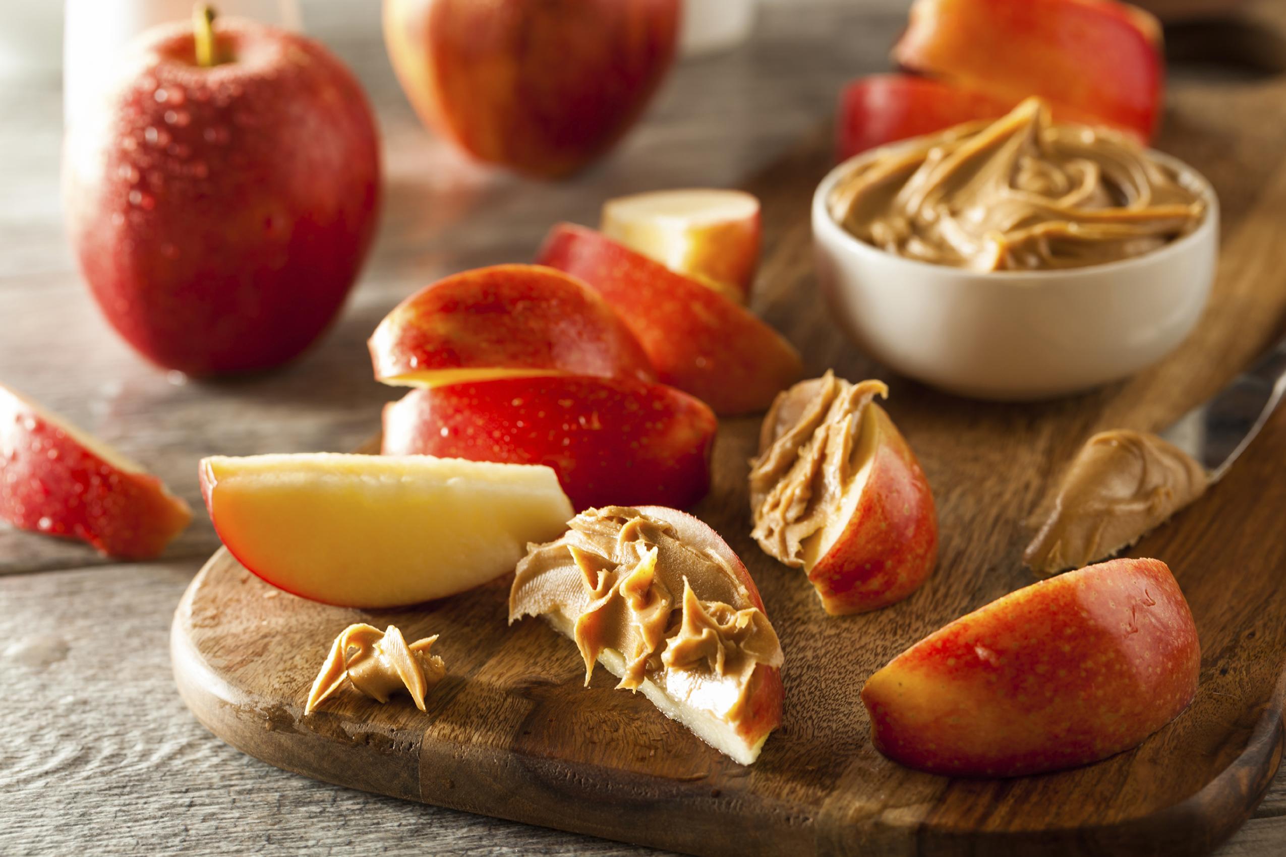 Mantequilla de cacahuete untada en rodajas de manzana