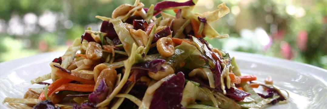 Delicioso y saludable plato de ensalada asiática