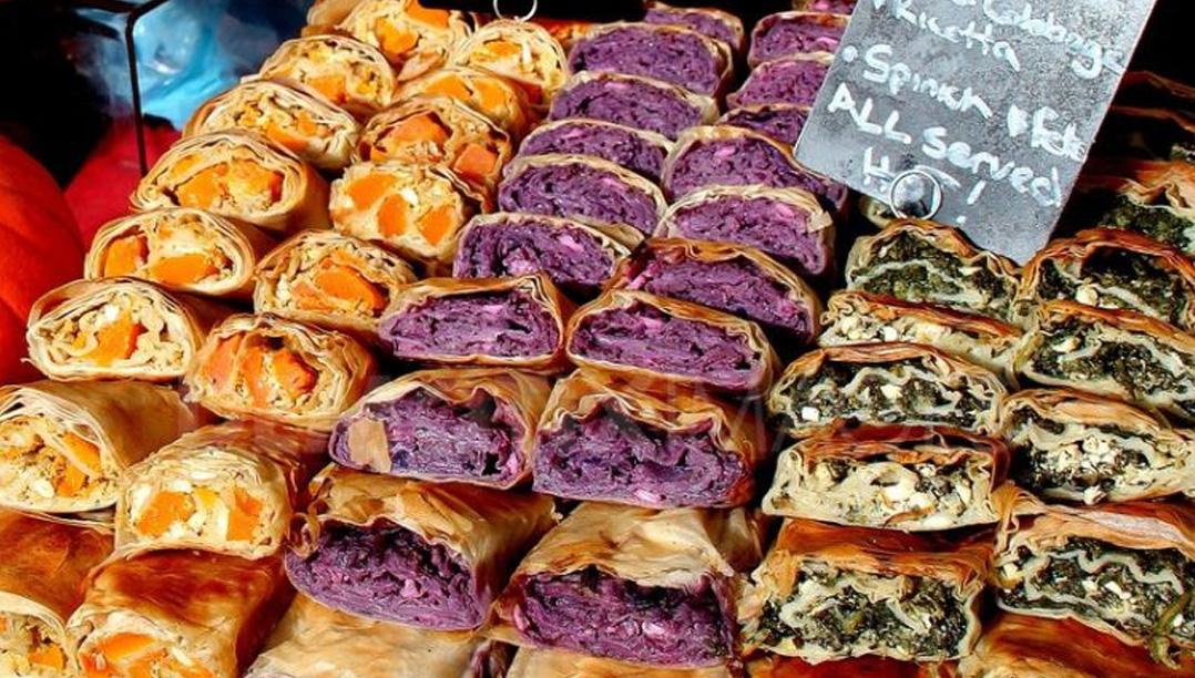 El puesto del mercado de sándwiches italianos frescos
