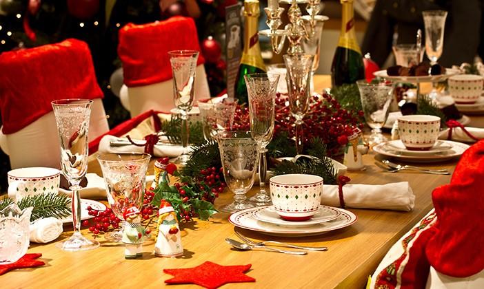 Mesa de cena de Navidad decorada