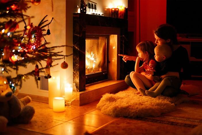 La familia por el fuego en Navidad