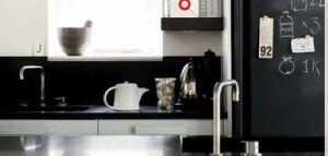 Cocina moderna en blanco negro y metálico