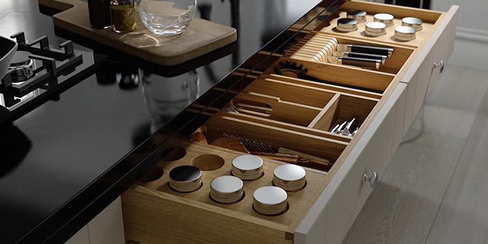 Cajón de cocina organizado con separadores de cajones