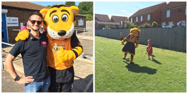 Las mascotas de Hull City en un partido de fútbol benéfico
