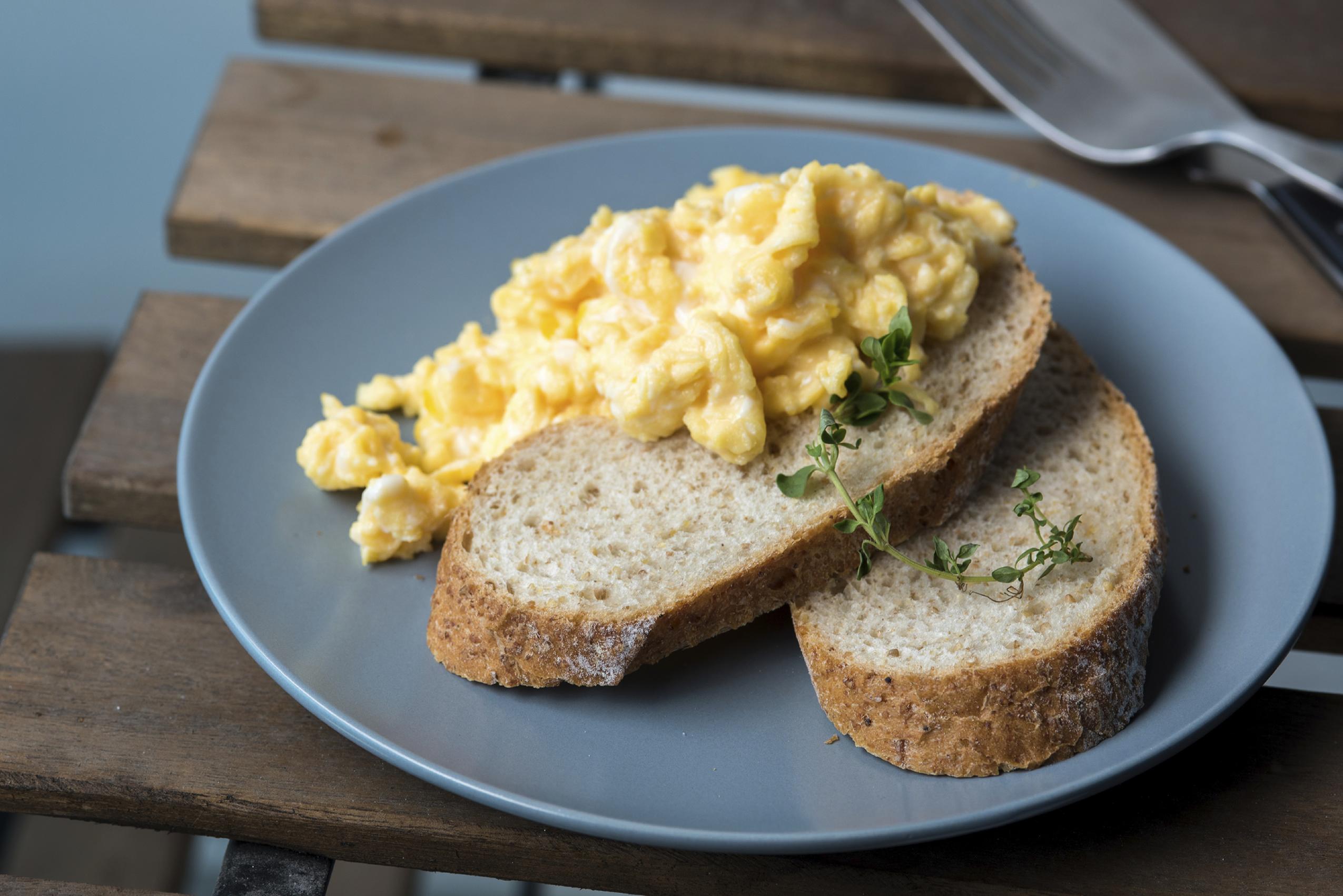Huevo rayado en una tostada integral